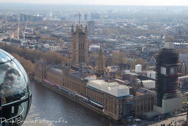 Vista desde la noria London Eye del edificio del Parlamento con el BigBen en obras.