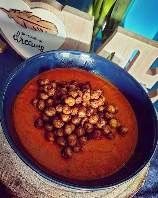 Szybka pikantna pomidorowa z ciecierzycą