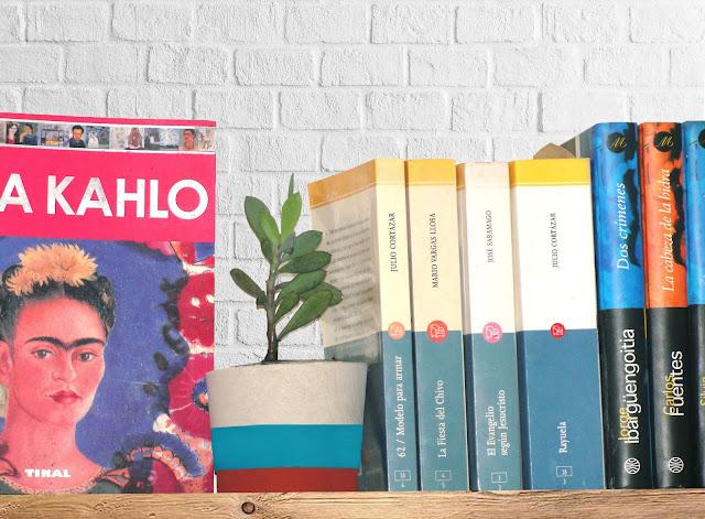 macetita con libros y Frida Kahlo