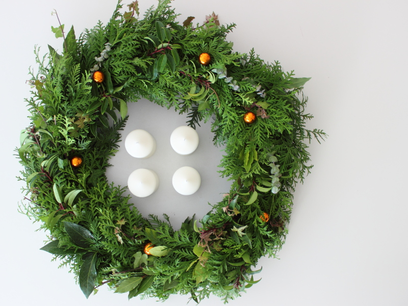 Adventskranz groß und aus buntem Grün selbst gebunden, Adventszeit, Adventsdeko, Weihnachtsdekoration auf dem Südtiroler Food- und Lifestyleblog kebo homing
