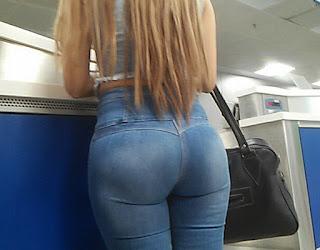 Linda rubia jeans apretados