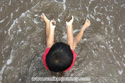 bermain  pasir di pantai tanjung pasir tangerang banten