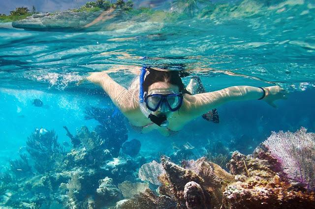 Lặn theo kiểu này chỉ phù hợp với những nơi có san hô ở chỗ nước nông do chỉ lặn xuống được tầm 1-2m. Ưu điểm là giá thuê mặt nạ nhựa rẻ hơn rất nhiều so với dụng cụ bình khí.    Lặn ngắm san hô mới thấy được hết vẻ đẹp của biển cả. Từng rặng san hô tỏa ra ánh sáng lung linh, mỗi rặng lại mang vẻ đẹp khác nhau. Đó là một trải nghiệm khó diễn tả bằng lời và nếu bạn là một tín đồ du lịch biển thì nhất định phải trải nghiệm lặn ngắm san hô một lần trong đời để thấy bằng hết vẻ đẹp của tạo hóa, nơi mà mẹ thiên nhiên đã ưu ái ban tặng cho du lịch Phú Quốc.