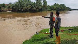 Babinsa Libatkan Warga, Tetap Waspadai Debit Air Sungai Batang Tabir