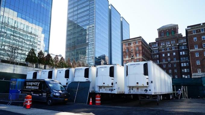 Nova York: Prevendo o aumento de mortes por covid-19, autoridades estão implantado unidades frigoríficas para uso como necrotérios próximo a hospitais.