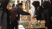 Mahasiswa Universitas Peradaban Sulap Stik Es Krim Jadi Barang Seni