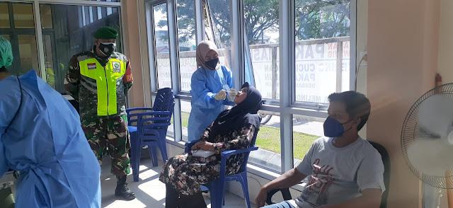 Babinsa Erwin E Sidabutar Ikut Memonitor dan Pengamanan Testing Antigen Terhadap Peserta Ujian CPNS 2021
