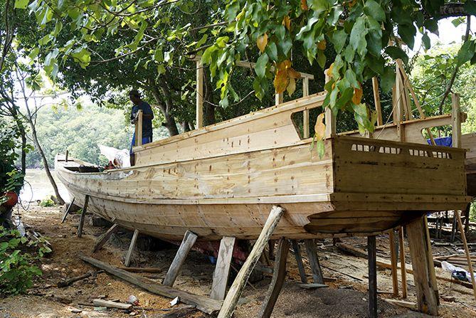 Pembuatan kapal di dekat pantai hadirin Karimunjawa