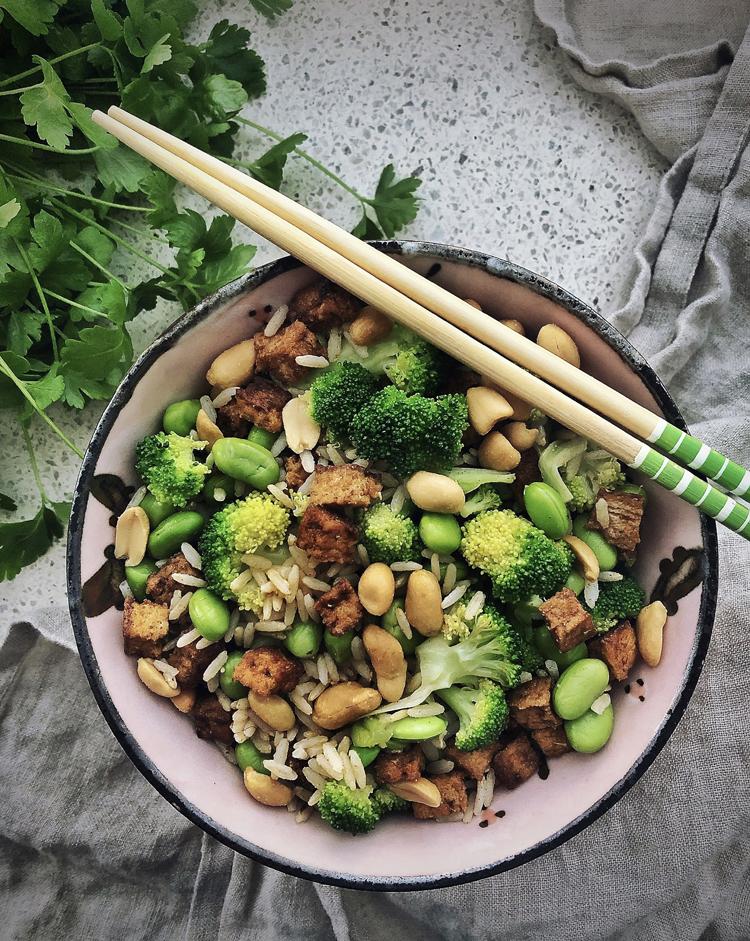 tofu-riisi salaatti parsakaalilla