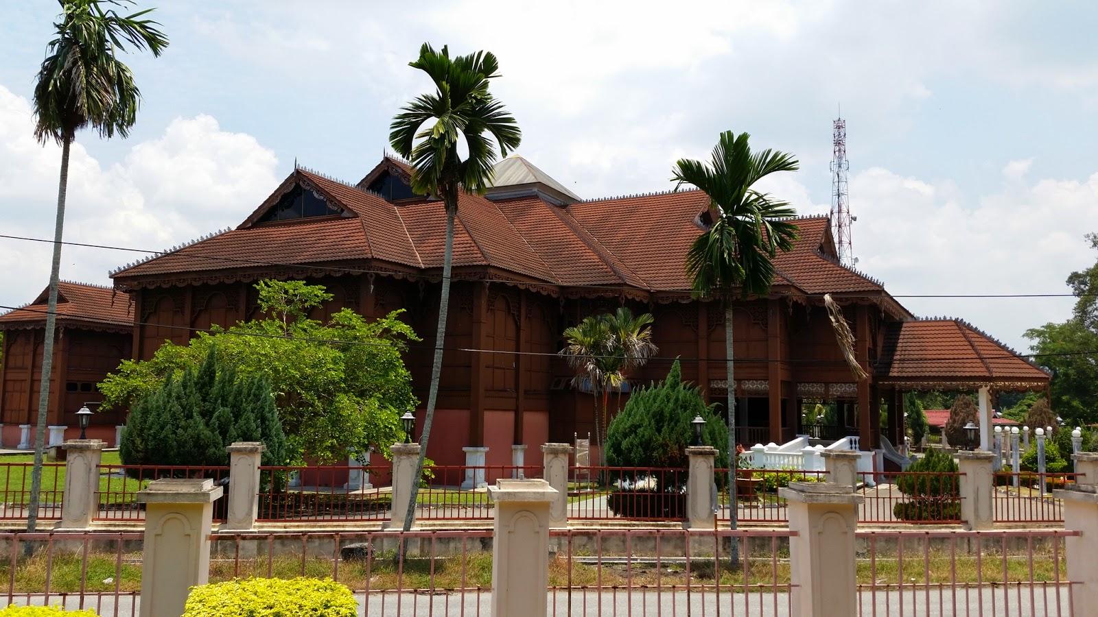 Bangunan berseberangan dengan Muzium
