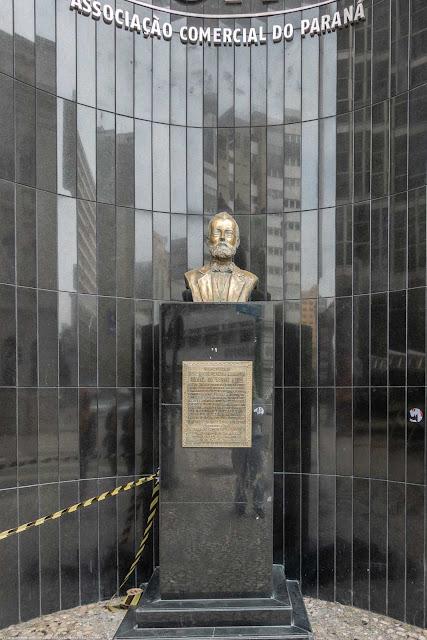 Herma com busto do Barão do Serro Azul na Associação Comercial do Paraná