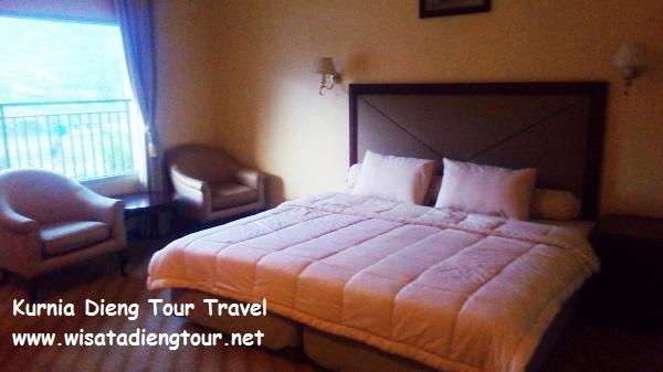 gambar kamar tidur di family room di hotel dqiano dieng