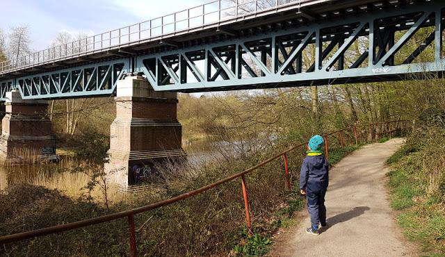 Küsten-Spaziergänge rund um Kiel, Teil 4: Entlang am Ufer der Schwentine. Die Eisenbahnbrücke auf der Rücktour unseres Ausflugs ist eine Attraktion.