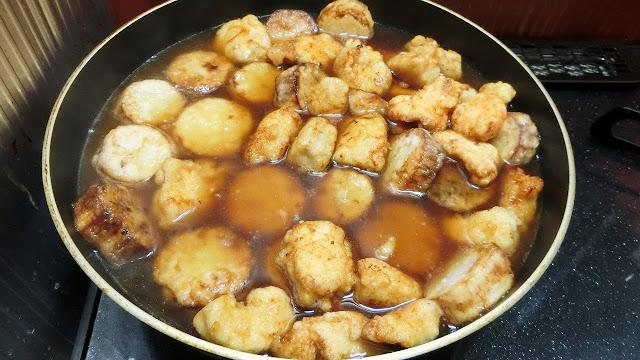 沸々してきたら長いもと鶏肉を入れ、煮汁が半分になりとろみがついてきたら火からおろして器に盛り付け、小口切りにした長ねぎを散らして完成