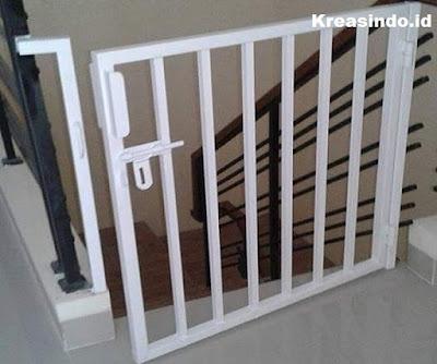 Apa Saja Perbedaan Pintu Tangga Stainless dan Besi