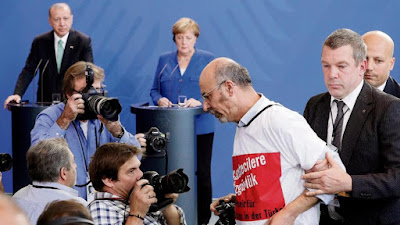 https://www.bild.de/politik/kolumnen/kolumne/kommentar-seibert-ist-fuer-mich-der-groesste-skandal-57555892.bild.html