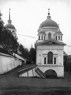 Ο Ιερός Ναός του Ιωάννου του Βαπτιστή πλησίον των πυλών  της Ιεράς Μονής της Αγίας Τριάδος στο Ντιβέγιεβο.