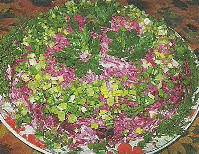 Необходимые продукты и способ приготовления салата из свеклы с сыром и яйцами