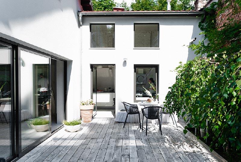 Total white per una casa con patio interno blog di for Interno di una casa
