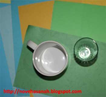gunakan mug atau cangkir dan gelas atau benda lainnya di sekitar untuk membantu anak-anak membuat pola lingkaran