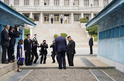 https://www.spiegel.de/video/donald-trump-trifft-kim-jong-un-in-nordkorea-video-99028103.html