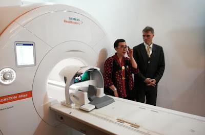 drg. Susi Setiawaty, MARS (Asosiasi Rumah Sakit Swasta Indonesia) dan Alfred Fahringer, Country Head Siemens Healthineers Indonesia.
