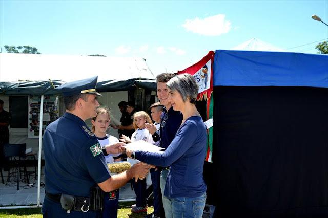 Voluntários de programas sociais na Academia da Guarda Municipal de Curitiba (PR) recebem homenagem