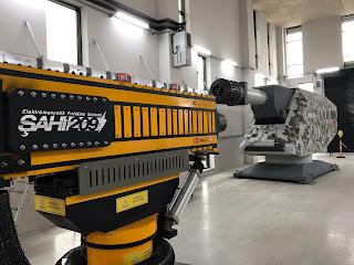 Teknik olarak özellikleri ;    -Güç ; 1 Megajul, Fiberoptik çok kademeli ateşleme   -Namlu uzunluğu; 3 metre   -Mermi kalibresi :16 mm  -Mermi ağırlığı;300 gr  -Menzil;10-12 km.