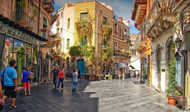 Pessoas passeando pelas ruas de Taormina