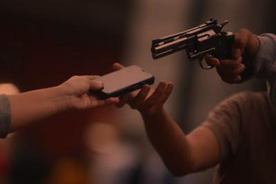 """Nesta terça - feira (18) entre 19:30h e 20:00h duas mulheres foram assaltadas na porta de casa na rua Dom Pedro II. Segundo relatos um jovem estava parado na esquina, observando, e no momento em que uma das vitimas ia fazer uma ligação, foi abordada e teve seu celular levado juntamente com o aparelho da sua amiga.  """"Eu estava sentada de costas pra calçada, quando coloquei o celular no ouvido vi a sombra por trás de me,senti um cano nas costas que parecia uma arma,e ele anunciou o assalto, fiquei apavorada e em seguida ele tomou o celular da minha amiga."""" Relatou uma das vítimas. A polícia militar foi acionada e irá investigar o caso. Ninguém ficou ferido.  (Informações do site Regiaodestakep1.com)"""