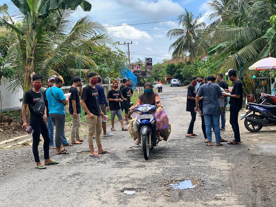 Mencegah Penyebaran Covid-19, Kelompok Pemuda Desa Maruyungsari Berbagi Masker Gratis
