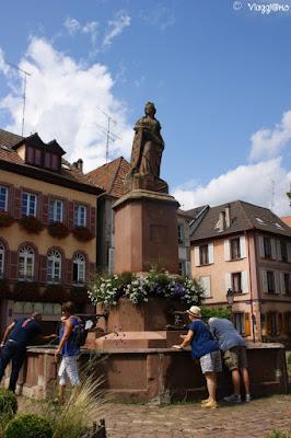 La Piazza de la Sinne a Ribeauvillé con la fontana