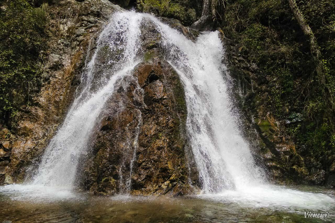 Wodospad Chantara - szeroki kaskadowy wodospad rozdzielający się na dwie części.