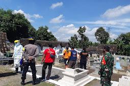 Babinsa Dan Bhabinkamtibmas Pedan Monitoring Pemakaman Jenazah Protokol Covid-19
