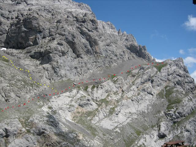 Rutas Montaña Asturias: Refugio de Collado Jermoso, vista atrás del camino de acceso y la desviación para subir el Llambrión