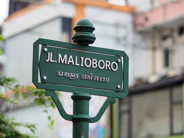 Yogyakarta không chỉ có đền đài hay thiên nhiên hoang sơ, nguyên thủy, tại đây, du khách còn có thể trải nghiệm nhịp sống hiện đại ở Malioboro. Đây là con đường nhộn nhịp nhất thành phố với hệ thống cửa hàng, quán ăn… đa dạng. Đến Malioboro, khách du lịch có thể mua các sản phẩm truyền thống với giá cả phải chăng.