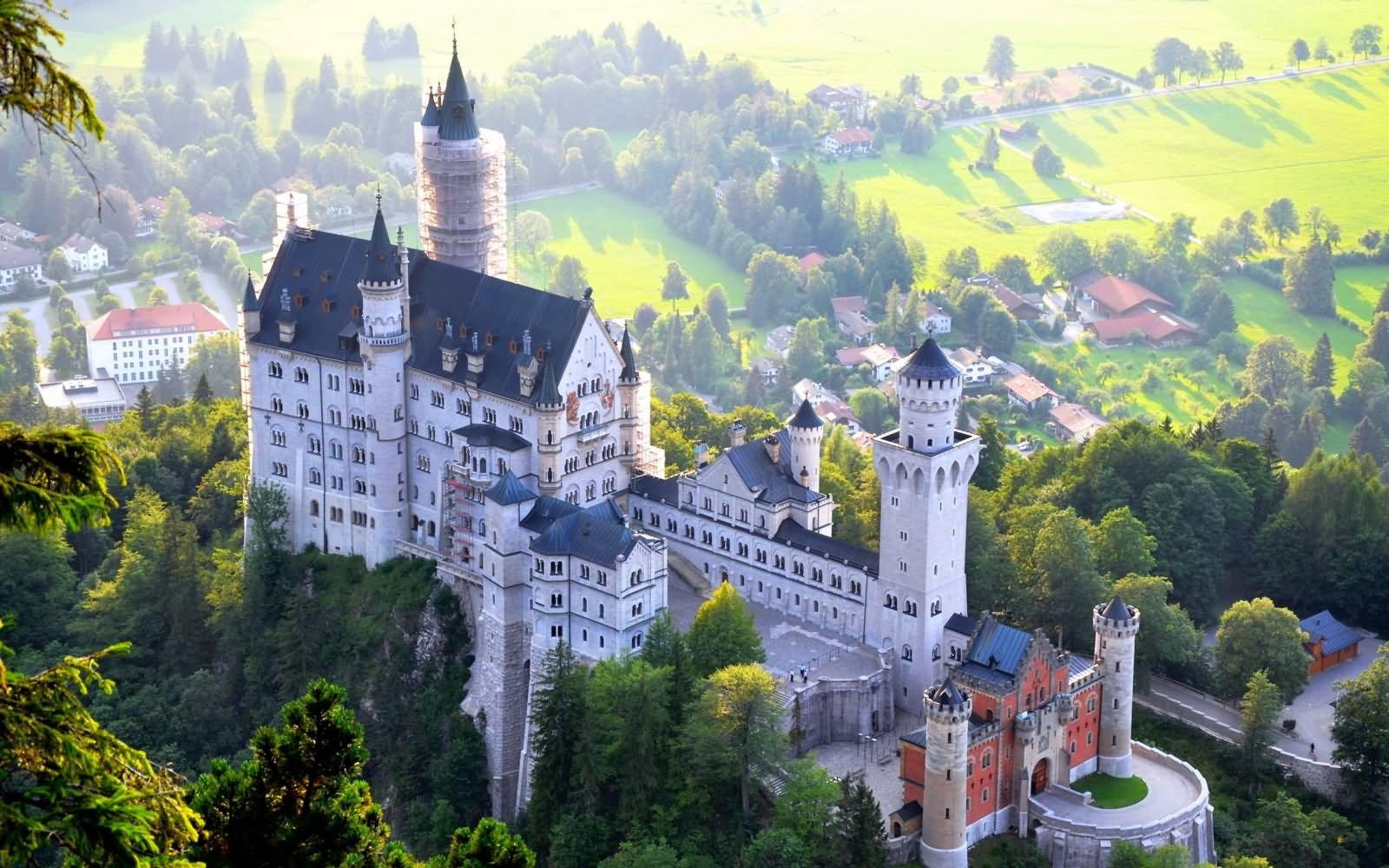 Замок Нойшванштайн в Германии вид сверху