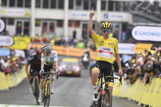 Tadej Pogacar comemorando Tour de France