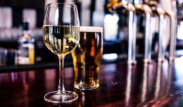 Beber álcool realmente aumenta seu risco de câncer