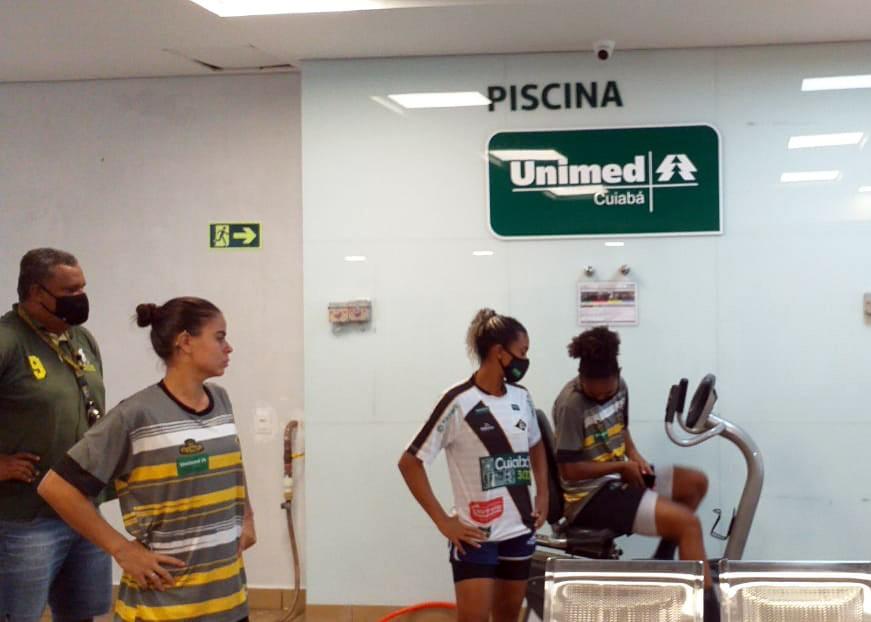 Jogadoras de futebol feminino treino físico na academia
