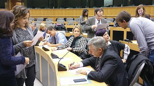 """Parlamento Europeu diz que comércio deve lutar pelo """"empoderamento das mulheres"""" e contra a """"feminização da pobreza"""""""