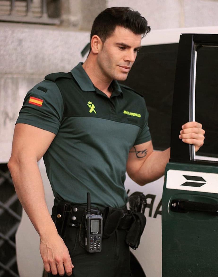 handsome-foreign-hot-police-officer-in-uniform-spain-masculine-hunks