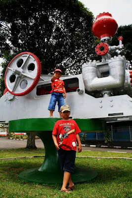 si Cikal dan si Bungsu di depan kantor PT Indonesia Power