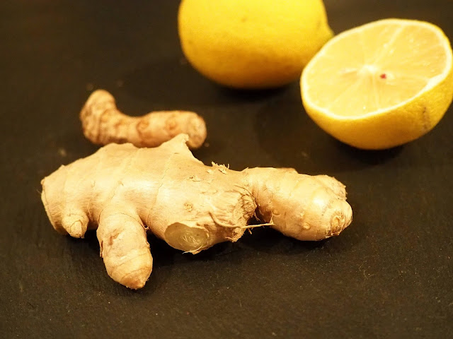 Zutaten für Ingwershots: Ingwer, Zitronensaft, Kurkuma