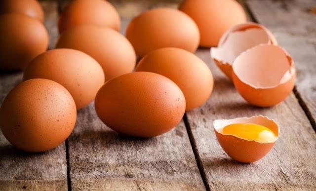 vezë e thyer mbi tavolinë