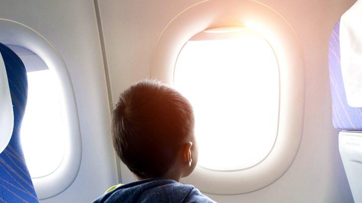 لماذا تبقي نوافذ الطائرة مفتوحة عند الإقلاع والهبوط؟