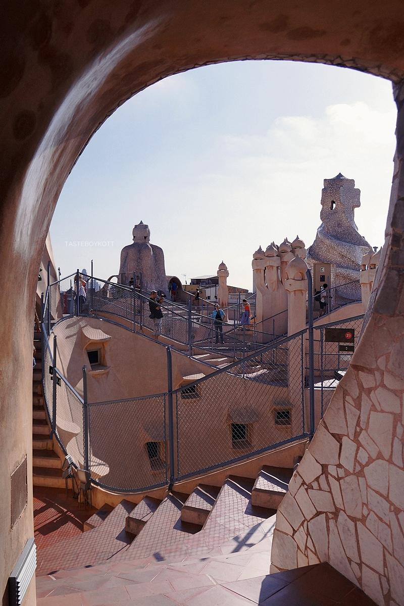 Dachterrasse Casa Mila La Pedrera Barcelona. 4 Tipps in Barcelona für Kunst- und Architekturliebhaber. Reisetipps: Modernisme Jugendstil Gaudi, Architektur, Kunst und Design in Barcelona. Tasteboykott Blog.