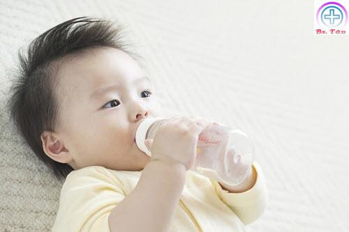 trẻ sơ sinh uống nước