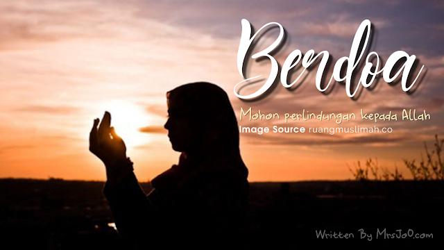 Muslimah Berdoa saat Sunset