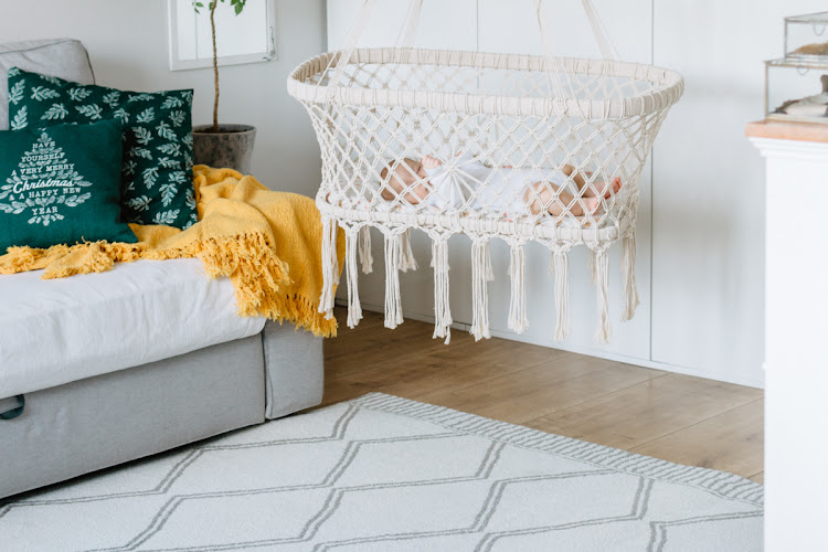biały dywan w salonie